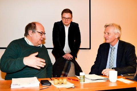 IKKE ENIG: Fylkeskommunedirektør Tron Bamrud (til høyre) vil ikke ha noen fylkeskulturpris. Fylkestingsrepresentant Per-Gunnar Sveen (Ap) er ikke enig. I midten fylkesordfører Even Aleksander Hagen (Ap).