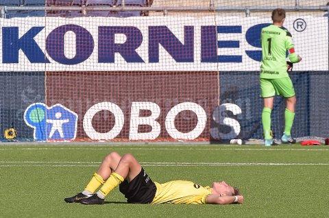 UTSLÅTT: Markus Karlsbakk ligger utslått på banen etter at hans Raufoss tapte 2-4 for tidligere lakamerater i Aalesund.