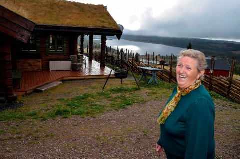HYTTEDRØMMEN INNFRIDD: – Hytta er blitt akkurat det jeg drømte om. Nå vil jeg bare kose meg og ha ro her, sier Astrid Gulbrandsen.