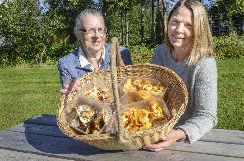 NÅDDE FREM: Camilla Hille (t.h.) kan glede Tove Bakar fra Follo sopp- og nyttevekstforening med at nå blir det støtte til kontroller.