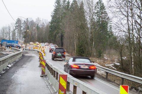 KØ: Her kan det bli mye køkjøring i dag. Jernbaneverket varsler om hyppige stengninger av Langhusveien. FOTO: KARI KLØVSTAD