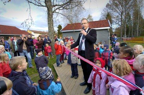 Full dekning: Ordfører Johan Alnes, her ved åpningen av Søråsteigen barnehage, er fornøyd med at kommunen klarer å opprette nivået på tjenestetilbudet, men innser at det alltid er mulig å bli bedre. arkivfoto
