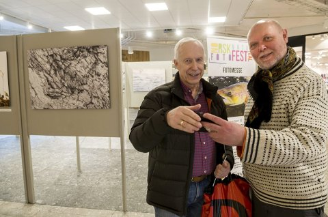 INNOM PÅ SENTERET: Harry Skaarud fra Ytre Enebakk (til venstre) har lite kjennskap til festivalen, men han vil gjerne vise et bilde med Magnus Reneflot.