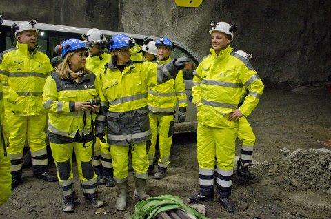 Ser lys i enden av tunnelen: Samferdselsminister Ketil Solvik-Olsen (til høyre) var på befaring i tunnelene som skal bli den nye Follobanen tirsdag. Foto: Åsmund Løvdal