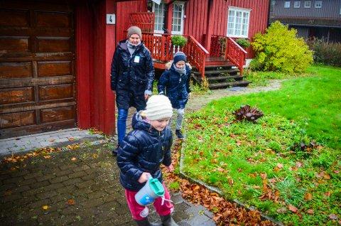 LOT SEG IKKE STOPPE: De mange bøssebærerene som var ute og samlet inn penger til tv-aksjonen til inntekt for UNICEF, lot seg ikke stoppe av litt regn.