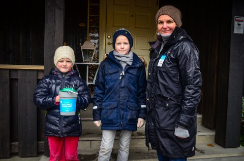 Anne Sofie (6), Erlend (9) og Randy Aanby var bøssebærere for TV-aksjonen i Ås sentrum søndag kveld.
