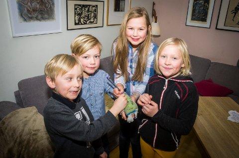FARGERIK GIPS: Det ble ikke så kjedelig å ha hånden i gips når familie og venner kan skrive og tegen på den. FV: Falke Skagseth (7), Jonas Ellingsen (7), Rakel Ellingsen (10) og Matilde Skagseth (10).