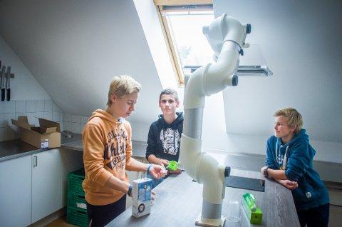 Testet vitenskapen: Ruben Wilhelmsen (14), Theodor Fafalios (14) og Conrad Georgsen (13) fra Nordbytun ungdomsskole.