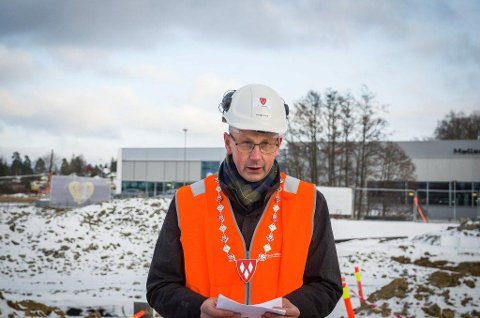 I GRENSELAND: Solberg skole skal fortsatt ligge i Ås, mener ordfører Ola Nordal. Han er åpen for å forhandle med Ski og Nordre Follo om Tandbergløkka.