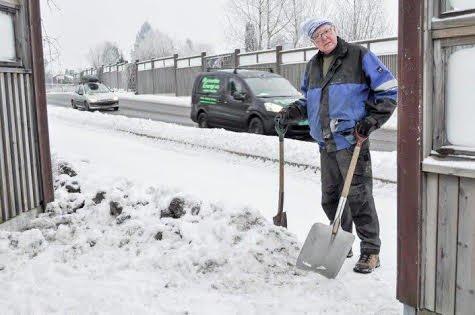 SNØ TIL BESVÆR: De store snømengdene har skapt problemer for mange. Her har Hermann Aschjem tatt spaden i egne hender for å brøyte vei.