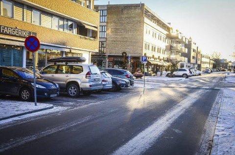 PARKERING I ÅS: Avgiftsparkering i Ås sentrum skal gjøre det lettere å finne parkeringsplasser når man har et ærend i sentrum.