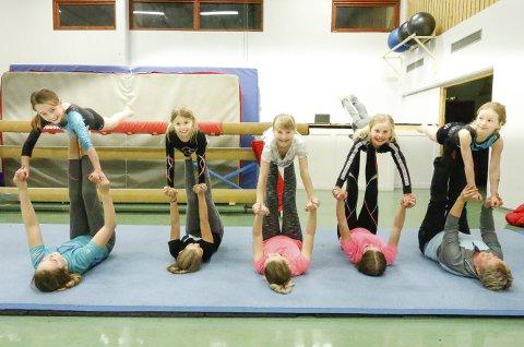SNART KLARE: Langhus IL Turn gleder seg til sitt årlige, store turnshow i Stil Arena. Disse jentene pleier å trene på mandagene i gymsalen på gamle Vevelstad ungdomsskole.