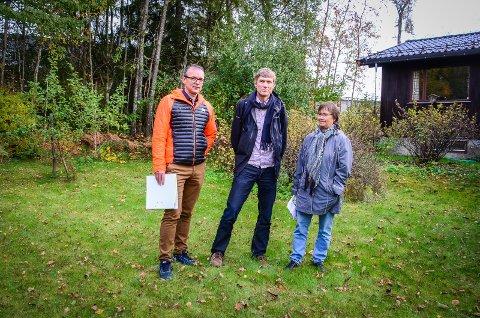 BEKYMRET: Kjell Magne Ramsli, Vincent Eijsink og Marit Austreng mener de foreslåtte boligblokkene på Maxbotomta vil komme svært tett på nabohusene og fungere som en mur mot nabolaget.
