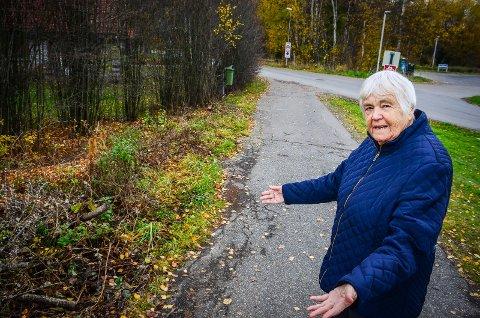 FORTVILER: Anna Solbewrg synes det er trist at kommunen går så drastisk til verks mot vegetasjonen i nabolaget.