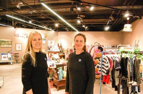 STENGER: - Nå stenger vi dørene til OMA-butikken i Kolbotn Torg. Vi er blitt godt tatt i mot av et gjenbruksinteressert publikum, men leiekontrakten går ut, sier daglig leder Nora Isachsen (t.h.) og butikkmedarbeider Hanna Trædal.