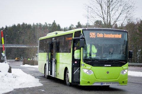 KONTROLLERT: 6 av 24 passasjerer på denne bussen, som ble stoppet på Svartskogtoppen tirsdag ettermiddag, fikk bot for ikke å bruke setebelte.