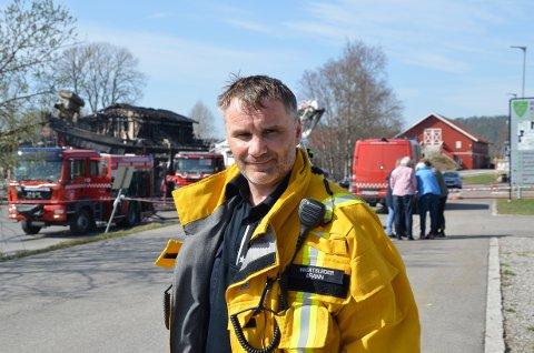 BRENNER LITT FORTSATT: innsatsleder Freddy Filling i brannvesenet forteller at nattens brann var stor, og at det fortsatt brenner i bygget.