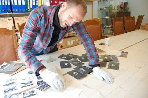 NYTT MATERIALE: Fagkonsulent Anders Bache ved Follo museum studerer nye brev og bilder om Roald Amundsen og ekspedisjonene hans som er mottatt i løpet av våren og sommeren.