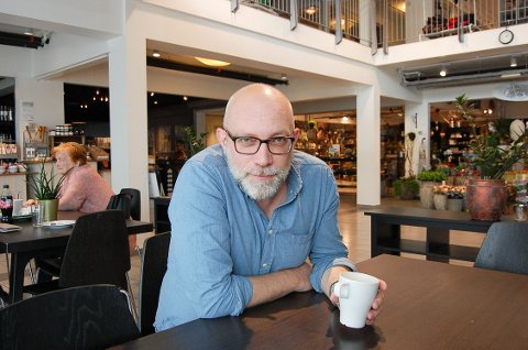 MYE PÅ GANG: Spenningsforfatteren Gard Sveen i Ytre Enebakk har mange bokprosjekter på gang. I disse dager lanseres en ny krimbok i Tommy Bergmann-serien. Samtidig skriver han på en ny krimserie med et nytt persongalleri og er i sluttfasen av en dokumentarbok om motstandsmannen Kai Holst, som døde under mystiske omstendigheter i Stockholm rett etter frigjøringen i 1945.