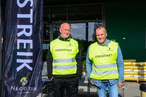 I STREIK: Joakim Bro og Trond Bøhren stpr streikevakt utenfor Felleskjøpet på Holstad.