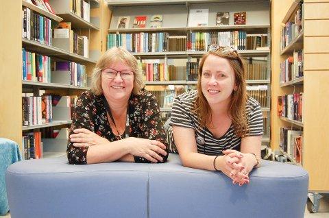 """SNAKK OM BØKER: Randi S. Rosasen og Iris Elisa S. Toresdottir er to spente bibliotekarer i Ski. - Vi håper det kommer mange unge til vårt nye prosjekt, """"Boksnakk"""", torsdag 12. september."""