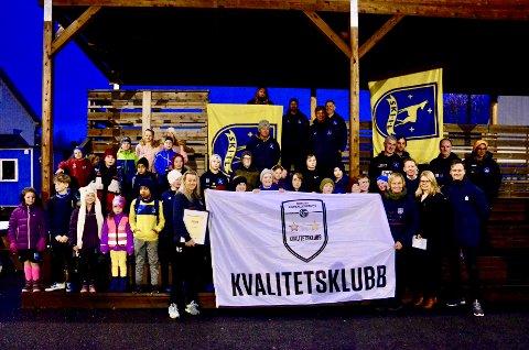 Ski Fotball SFO og Ski G11 bidro med jubel fra tribunen da Ski IL Fotball mottok beviset på at de er en NFF Kvalitetsklubb - Nivå 2
