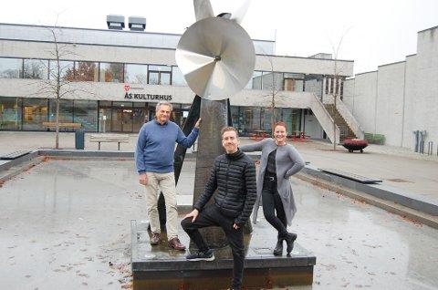 STOLTE: De er stolte av kulturhuset og kulturen i Ås. Fra venstre: Alexander Plur,  virksomhetsleder kultur og fritid, Martin Øsmundset, kinosjef og Myfanwy K. Moore, kulturhusleder. De står ved Odd Tandbergs fonteneskulptur i Borggårdens basseng. Den ble montert noen år etter at kulturhuset ble innviet i 1970,  og ble finansiert av Statens kulturråd og Ås kunstforening, som også bidro noe økonomisk.
