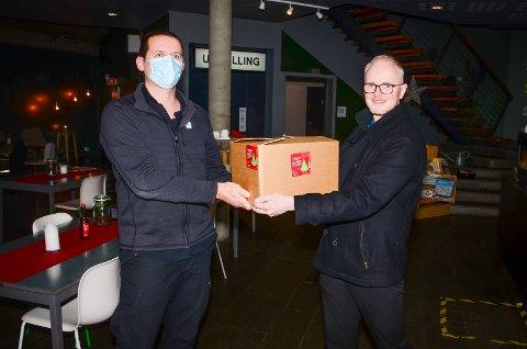 LYKKELIG VINNER: Svein Morten Aune (t.h) fra Vanitas får overrakt kassen med julebrus av kjøkkensjef Hafsteinn Snæland som står bak oppskriften.