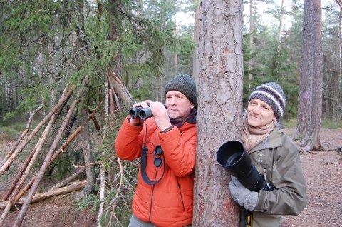 NATURFOTOGRAFER: Stein Kristian Martinsen (t.v.) og Per Flakstad er ivrige naturfotografer og styremedlemmer i Norsk Naturfotofestival. Her på fotojakt i skogen bak Langhus.