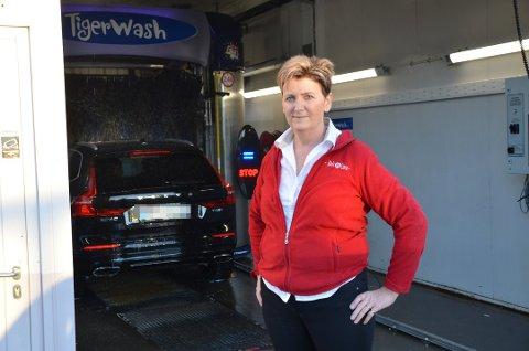 STOR PÅGANG: – Vi merker nedgang i antall frokost- og lunsjgjester, men har til gjengjeld stor pågang på vask, noe som redder oss. Det fine med bilvasken er jo at alt du tar på er lappen med strekkode som du får av oss. Vi bruker hansker hele veien, og du berører intet på maskinen, så bilvask hos oss er ikke smittefarlig, påpeker Linda Stenbråten.