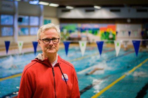 SKYNDE SEG: Leder Erik Underland i Ski svømmeklubb ber politikerne i Nordre Follo kommune om å skynde seg med å vedta en svømmehall på Langhus.