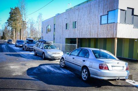 BRUKES SOM P-PLASS: Veien Nylenda ved Rustad skole er en av gatene som brukes til parkering.