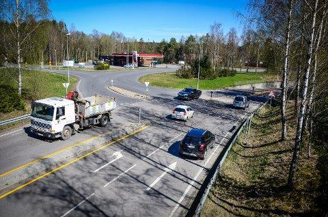 KAN BLI SKRINLAGT: Kommunestyret har vedtatt at Raveien skal forlenges ned i krysset fv 152/Brekkeveien ved Esso, som skal bygges om til rundkjøring. Nå kan prosjektet bli skrinlagt.