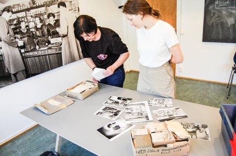 FOLLOS FORTID: Cecilie Øien (t,v,), direktør ved Museene i Akershus (MiA) og kommunikasjonsrådgiver Marit Gjermundrød, studerer gamle ØB-bilder.. Esken til venstre på bordet inneholder bilder av kongelige.