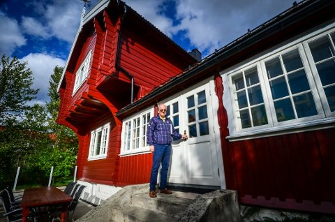 VAKTSKIFTE: Stig Henning Paulshus har eid den gamle lensmannsgården Vardetun i Ås siden 2005. Nå håper han noen andre vil overta det historiske bygget. Foto: Åsmund Løvdal Austenå