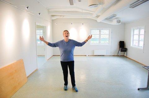 FORNØYD: Nå er hun fornøyd, Ellen-Ane Aspestrand, leder i Ski kunstforening. 20. november åpner hun dørene for det nye kunstnersenteret i Kråkstad med utstillingslokaler og verksteder i to etasjer.