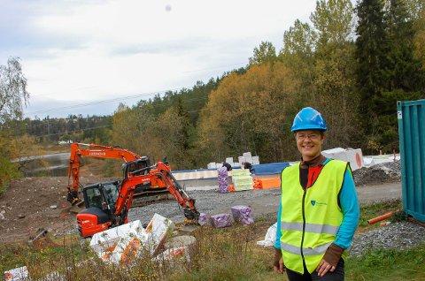 I GANG IGJEN: Etter at den gamle låven på Møllerenga ble revet i februar, ble det full stopp i arbeidet med å bygge opp den nye låven som skal bli servicebygget. Prosjektleder Anita Slette er glad for at det nå er full aktivitet.