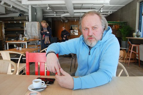 """BEGYNNER Å LØSNE: -Det er et helt år siden komikeren Hans Morten Hansen sist var på  en """"ordentlig"""" jobb. - Nå begynner det å løsne litt. Er med i en podkast, holder på med innspillingen av """"Side om side"""" og planlegger premiére på det nye showet til høsten."""