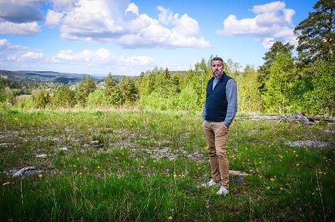 TRENGER BOLIGER MED HAGE: Det er stor etterspørsel etter boliger med hage, spesielt blant barnefamilier, sier Espen Pettersen i Askehaug Eiendom AS. Selskapet tegner nå planer for 75 eneboliger og rekkehus nedenfor Askehaug gård i Nordby.
