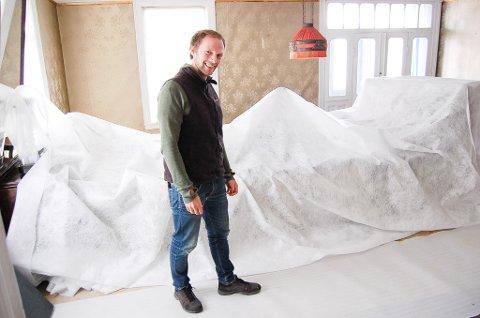 INNPAKKET I PLAST: Samtlige møbler i Roald Amundsens hjem er pakket inn i plast i forbindelse med montering av det nye brannsikringsanlegget, viser fagkonsulent Anders Bache.