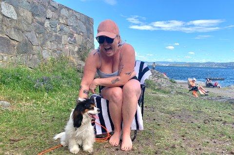 SMIL RUNDT MUNN OG KOSESYK HUND: Hanne-Regine med hennes hund, Marley, i solskinnet på Ingierstrand.