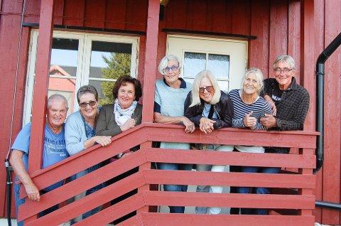 """BREKKE-KUNSTNERNE: Disse inviterer til en kunstopplevelse på Søndre Brekke gård i Ås til helgen. Fra Venstre: Leif Alnes, som står bak """"Kunst i Follo"""", Eva Dølvik, Solveig Osland Moe-Helgesen, Vera Krogh, Ragnhild Samuelsberg, Vigdis Revhaug, Henrik Mikkelsen. Berit Frydenlund, David Stenmarck og Karin Eikeland var ikke til stede under fotografering.en."""