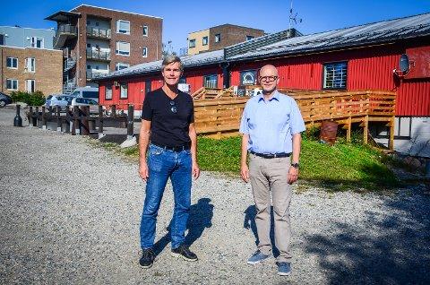 STORE AMBISJONER: Området med brakker langs Brekkeveien i Ås sentrum kan bli bygget ut med sentrumsblokker på opp til 8 etasjer. Attivo AS og daglig leder Espen Strand (t.v) har kjøpt tomtene. Terje Ermesjø er medeier i prosjektet.