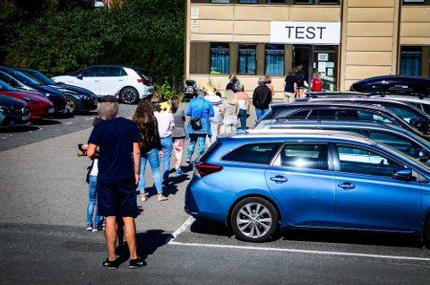 ENORM KØ: Dette er ikke et uvanlig skue ved teststasjonene i distriktet vårt for tiden. Her fra testasjonen i Ås tirsdag.