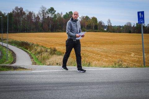 ØNSKER TRYGERE SKOLEVEI: Bjørn Erik Walle mener det blir helt feil å ha 60-sone der barna krysser fylkesveien til og fra Kroer skole.  - Det er ikke fotgjengerfelt eller annen merking av at skoleveien krysser her, sier han.
