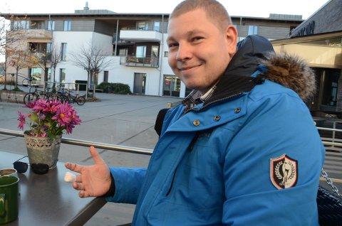 Fredrik Falkensten Strand viser fram hånden med småskader etter anstrengelsene for å komme seg i land på holmen ved Svenner