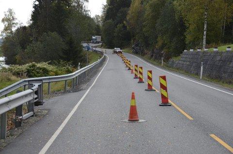 Fortsatt stengt: Fylkesvei 40 ved Brathagen er fortsatt åpen i kun det ene kjørefeltet etter raset. Foto: Bjørn-Tore Sandbrekkene