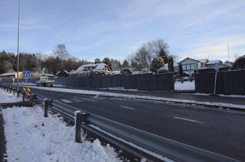 Ny overgang: Fram til 10. desember må fotgjengere bruke dette stedet for å krysse fylkesvei 302 ved Tveteneåsen. Kommunen ber alle bruke dette stedet.Foto: Bjørn-Tore Sandbrekkene