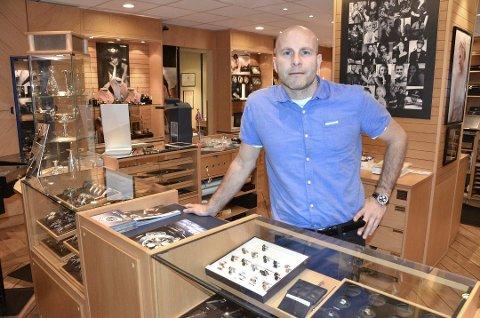 Ole-R Kjendlie Felumb driver gullsmedbutikken L.Felumb AS i Larvik. Han mener folk kan være trygge på at smykkene man kjøper hos norske gullsmeder er produsert på en etisk god måte. (Arkivfoto)