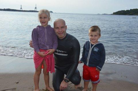 Stolt av pappa. Max (3) og Sara (6) var på plass på Batteristranda for å ta imot pappa Ole-Richard Kjendlie Felumb etter den lange svømmeturen lørdag.
